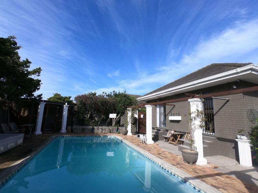 Leo's Den B&B. Accommodation in Fish Hoek Western Cape